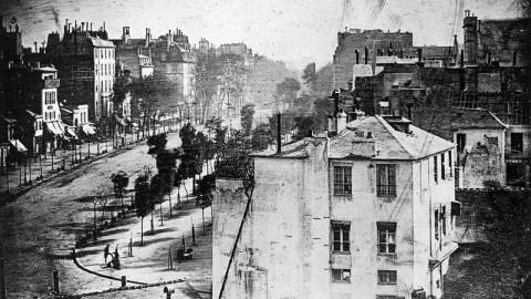 La première photo de l'histoire où figure un être humain   Boulevard du Temple, Paris (1839)