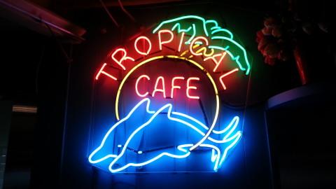 Au Tropical Café…