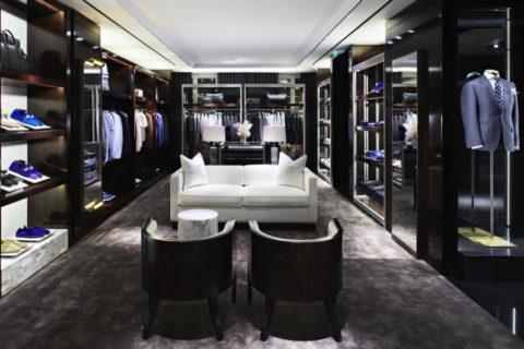 Le vendeur d'une boutique de prêt-à-porter de luxe by Hubert